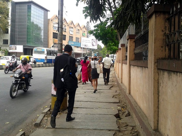 Sidewalks that are left uneven and unpaved can decrease economic growth as professionals struggle to travel to work. Photo by Dario Hidalgo/EMBARQ.