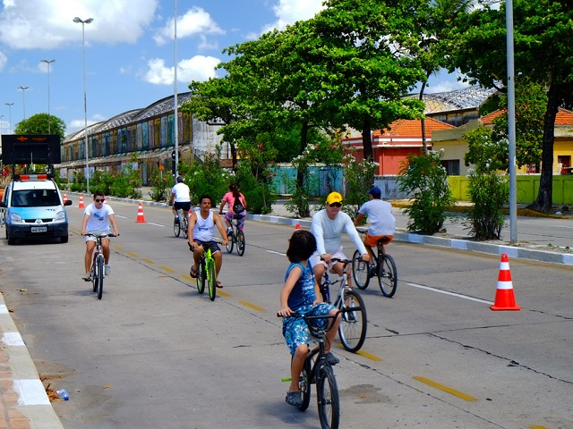Urban design has a large impact on lifestyle, with bike lanes and pedestrian pathways promoting healthy behaviors for city residents across Brazil. Photo by Raul/Flickr.