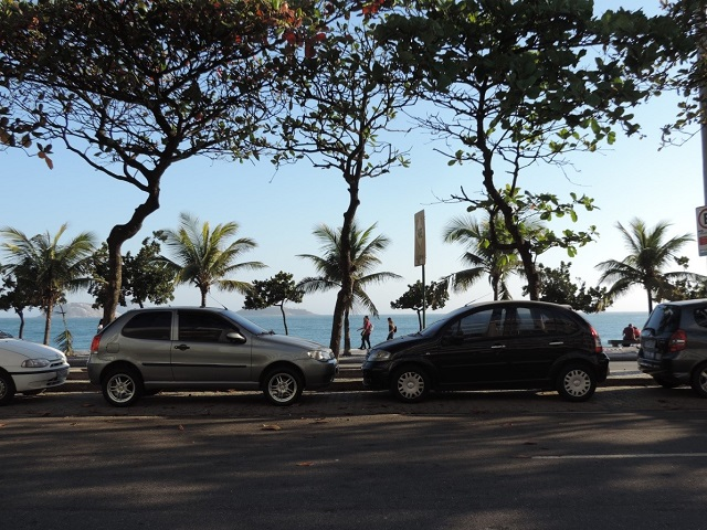 Cars parked facing opposite directions on the Avenida Vieira Souto. Photo by Maria Cavalcanti/EMBARQ Brasil.