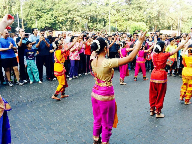 A flash mob partakes in a beautiful fusion of Bollywood and the Indian folk dance Kathak on the inaugural Day of Equal Streets. Photo by Priyanka Vasudevan/EMBARQ India.
