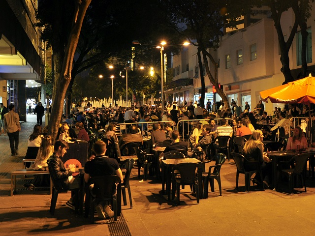 Pedestrianized streets create public spaces for people to enjoy. Photo by Mariana Gil/EMBARQ Brasil.